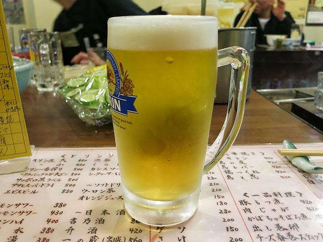ジョッキに注がれて泡の立った生ビール