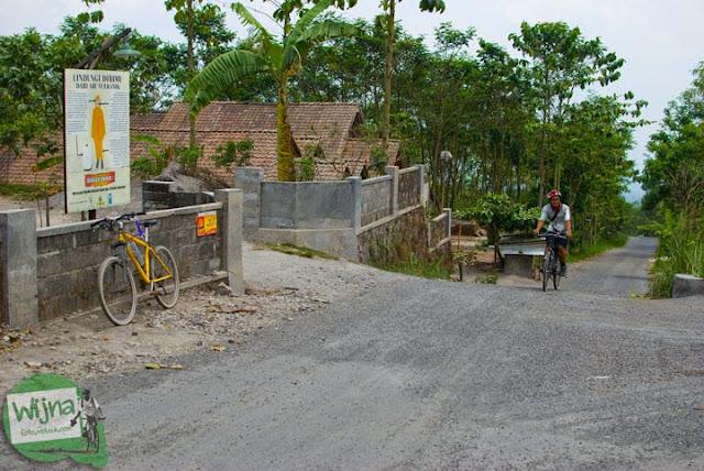 para pesepeda berhasil nanjak sampai dusun Balerante, Kemalang dari Yogyakarta