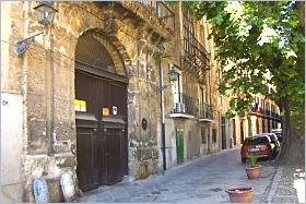 Sizilien - Palermo - Eingang des Palazzo Merlo, zeitweise Wohnung von Emanuele Notarbartolo.