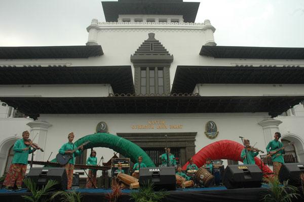 Sambasunda Junior tampil di De Syukron, Semarak Pesta Rakyat, Ulang Tahun Jawa Barat 2011, Gedung Sate, Bandung 17 September 2011