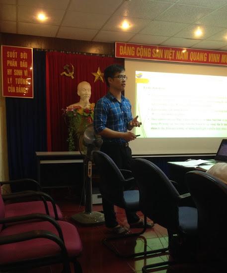 Báo cáo viên trình bày bài thuyết trình đề cương tập sự