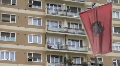Kosovo-Fahne vor Häuserblock in Prishtina