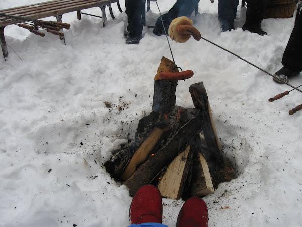 ognisko, kiełbaska i przypalone buty
