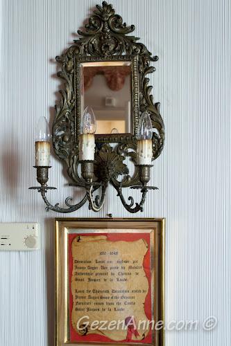 oda dekorasyonundaki bazı eşyaların 1600lü yıllardan kalma bir kaleden geldiğinin anlatımı, Le Negresco Nice