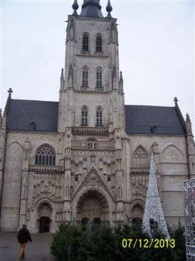 Beginnen doen we op de Grote Markt van Tienen. Hier de grote kerk naar Frans model. Helaas was het geld op en verschenen niet in alle nissen beelden.