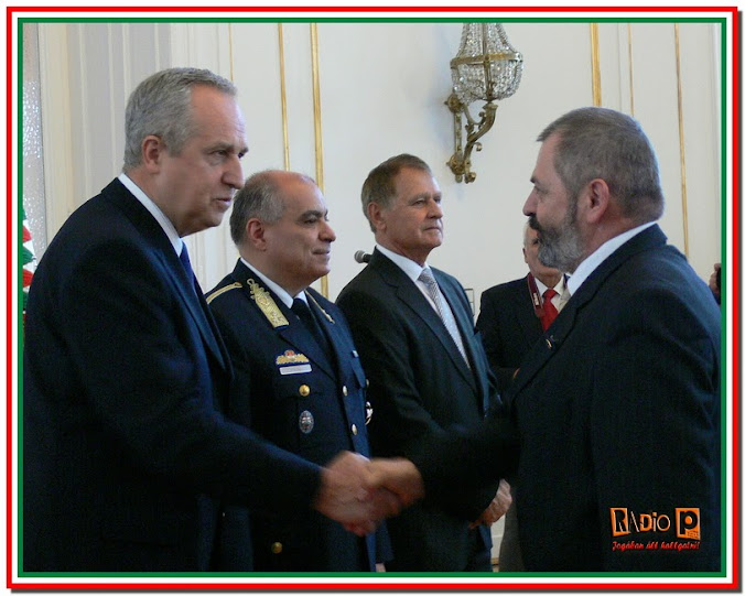 Dr. Kontrát Károly államtitkár gratulál egy jutalmazottnak
