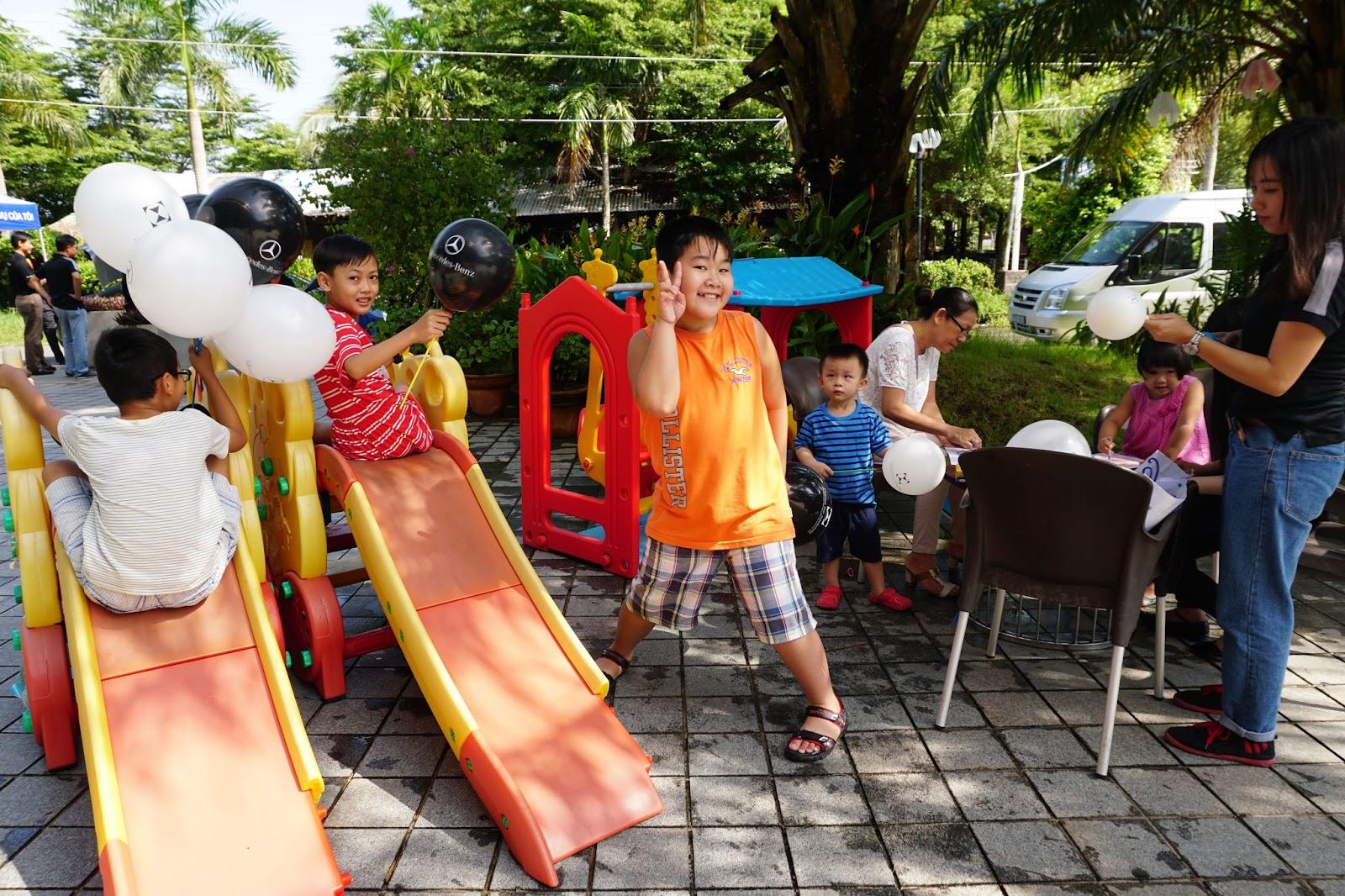 Khu vui chơi có ván trượt, xích đu, tô màu...cho trẻ em