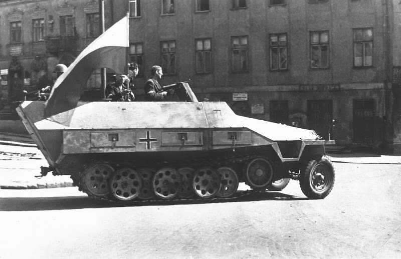 rsz_warsaw_uprising_-_captured_sdkfz_251_1944.jpg