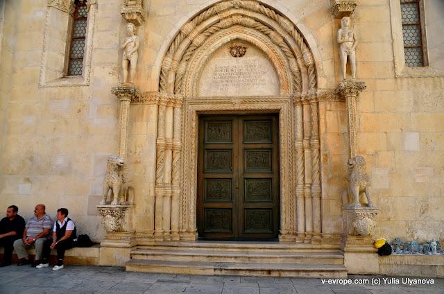 Вход в Собор Св. Якова в Шибенике украшают фигуры Адама и Евы