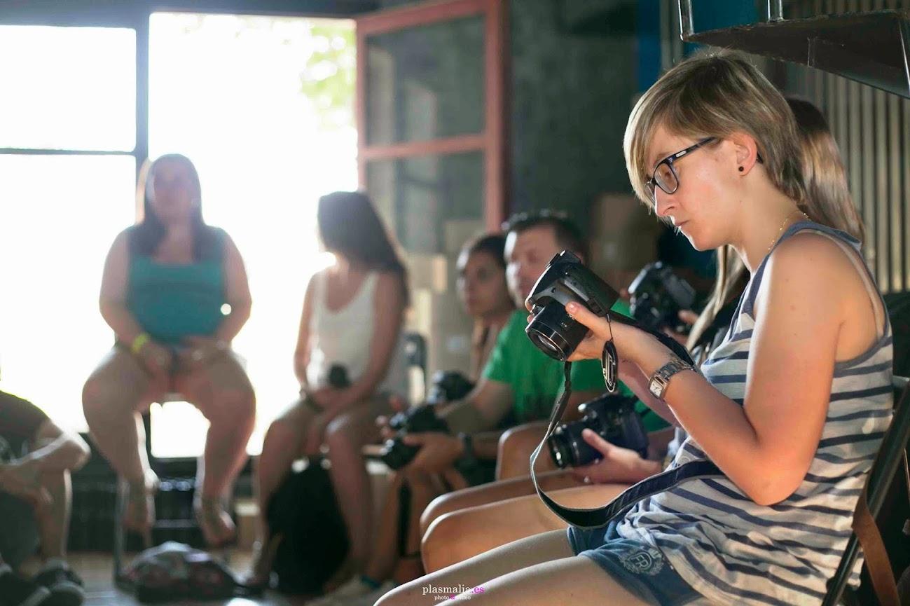 Alumna explorando el menú de su cámara réflex.