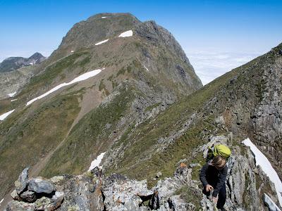 Grimpant cap al cim, amb el Mont Valier al fons