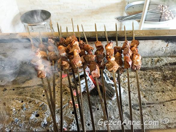 Adana'daki Ciğerci Birbiçer'de pişmiş ve yenmeye hazır ciğer kebapları