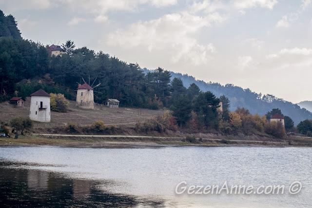 Çubuk Gölü'nde yel değirmenleri manzarası