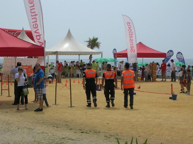 Varios de nuestros voluntarios en la explanada del Sunset Beach.