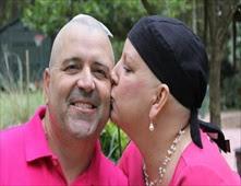 يحلق رأسه تضامناً مع زوجته المصابة بالسرطان