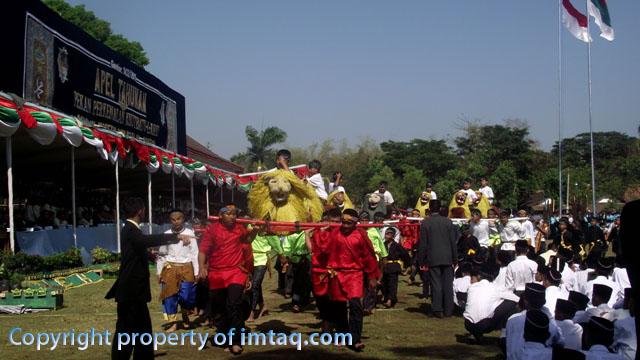 Penampilan Singa Depok dalam acara Khutbatul Arsy di Gontor