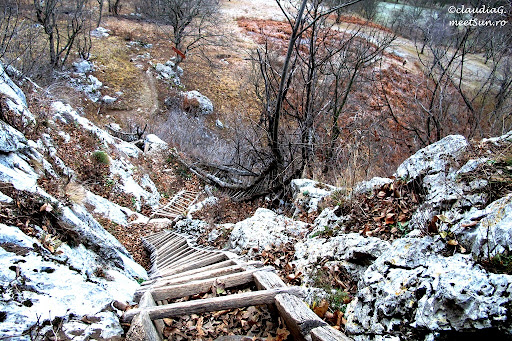 Acces in Muntii Cernei din Valea Cernei