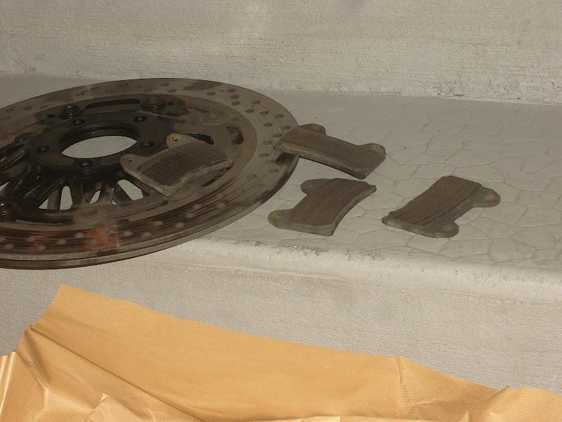 Changer les disques de frein de son Inazuma 1200 et 750 8-Changer-disques-freins-moto-inazuma-gsx750-gsx1200-GSX-1200-750-fourche-roue-garde-boue-durite-etrier-cliquet-plaquettes-disques-plaquettes-use%25CC%2581es-usure