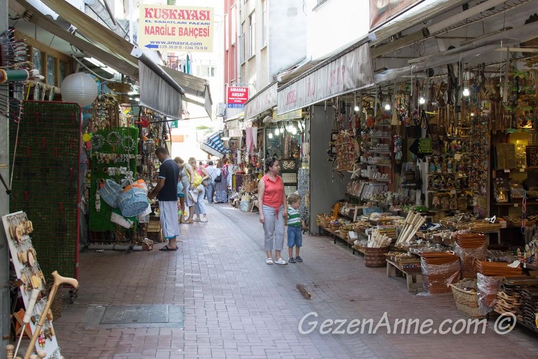Amasra Çekiciler Çarşısı'nda gezerken