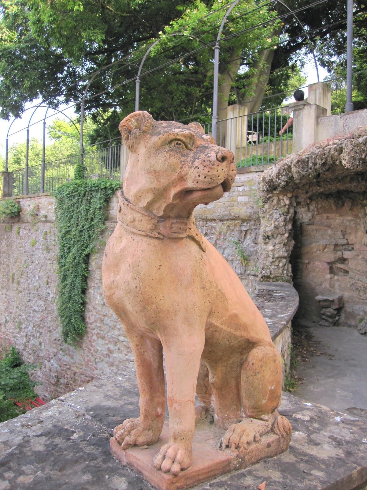 Hablemos de jardines los perros de piedra de los jardines for Ahuyentar perros del jardin