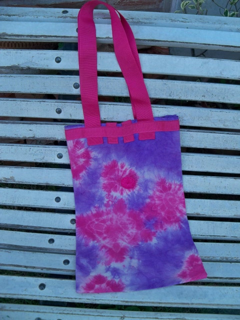 Bolso violeta y rosa, atrás