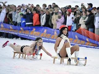 fiesta de nudismo en la nieve