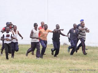 Feignant de résister à la charge de la police, lors de l'exhibition le 4/07/2012 à Kinshasa, durant la présentation par la Pnc de la nouvelle unité spécialisée à  lutter contre des gangsters, communément appelé «Kuluna». Radio Okapi/ Ph. John Bompengo