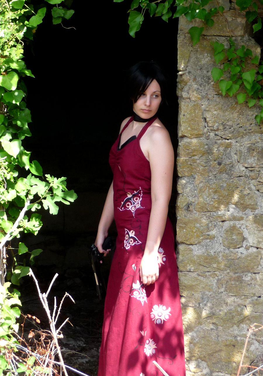 Siêu điệp viên Ada Wong khoe chân dài cực gợi cảm - Ảnh 1