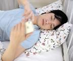 寝ながらスマホやタブレットが使える「仰向けくねくねタブレットスタンド」