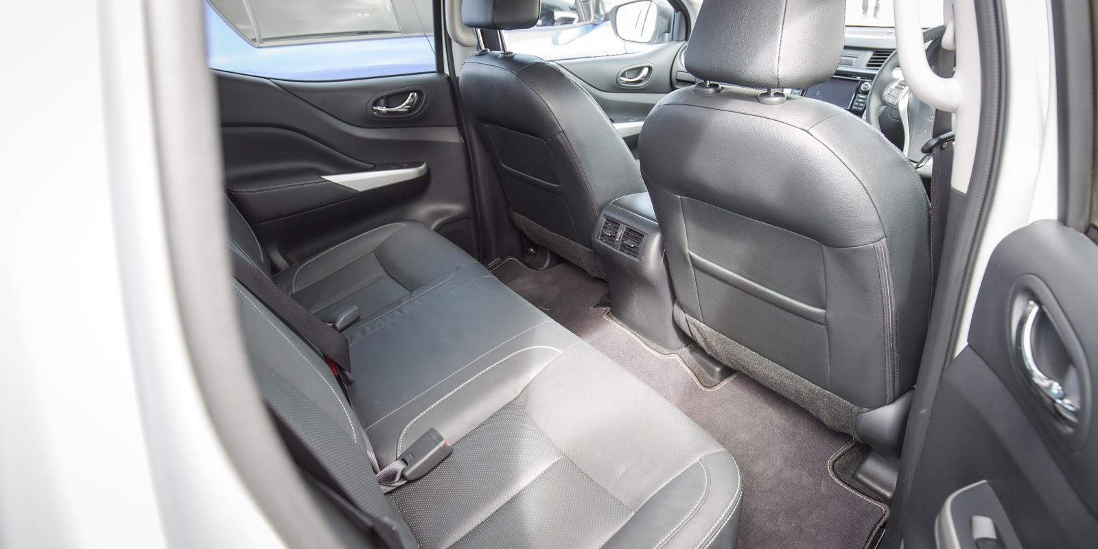 Hàng ghế thứ hai rộng rãi, thoáng mát hết chê với điều hòa tự động hoặc chỉnh tay