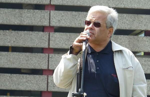 Rechtsanwalt Ercan Kanar am Mikrofon.
