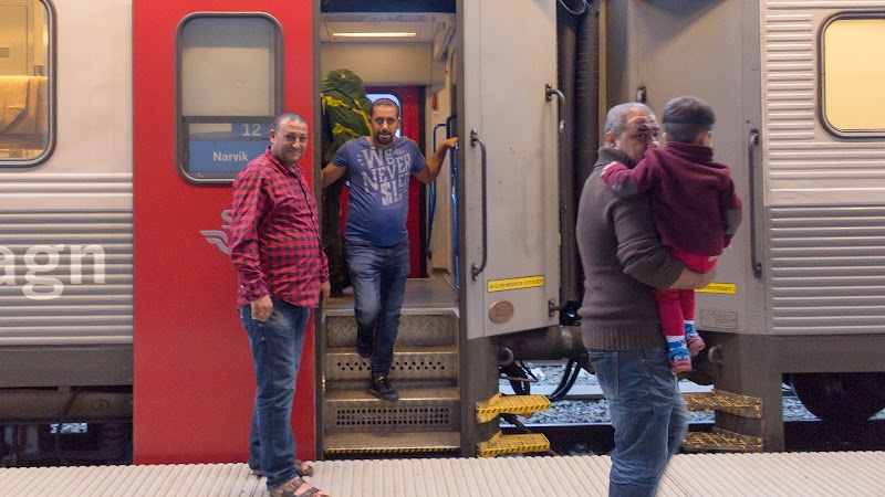 Glad familj på väg till Finland för asyl