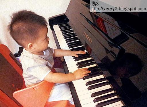 陳倩揚的 facebook,放了兒子模仿她彈琴的短片,她說讓兒子從旁觀察,可啟發他自學興趣。