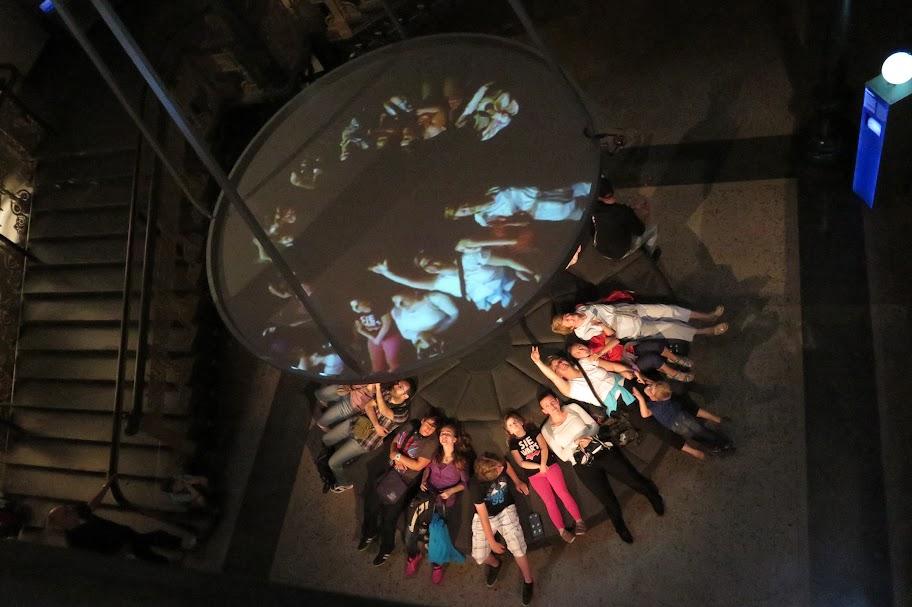 Besucher können einen Film über das Weltall anschauen