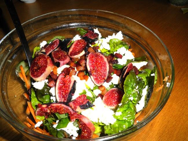 gaumenfreu n de salat mit frischk se frischen feigen und honig senf dressing. Black Bedroom Furniture Sets. Home Design Ideas