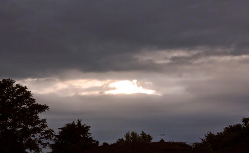 Un trou de lumière dans un ciel toujours nuageux