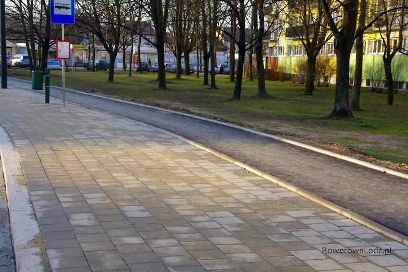 A tak, gdzie z pewnością będzie sporo pieszych (peron przystanku autobusowego) nie ma granitowej opaski, za to są krawężniki o które można się wywrócić