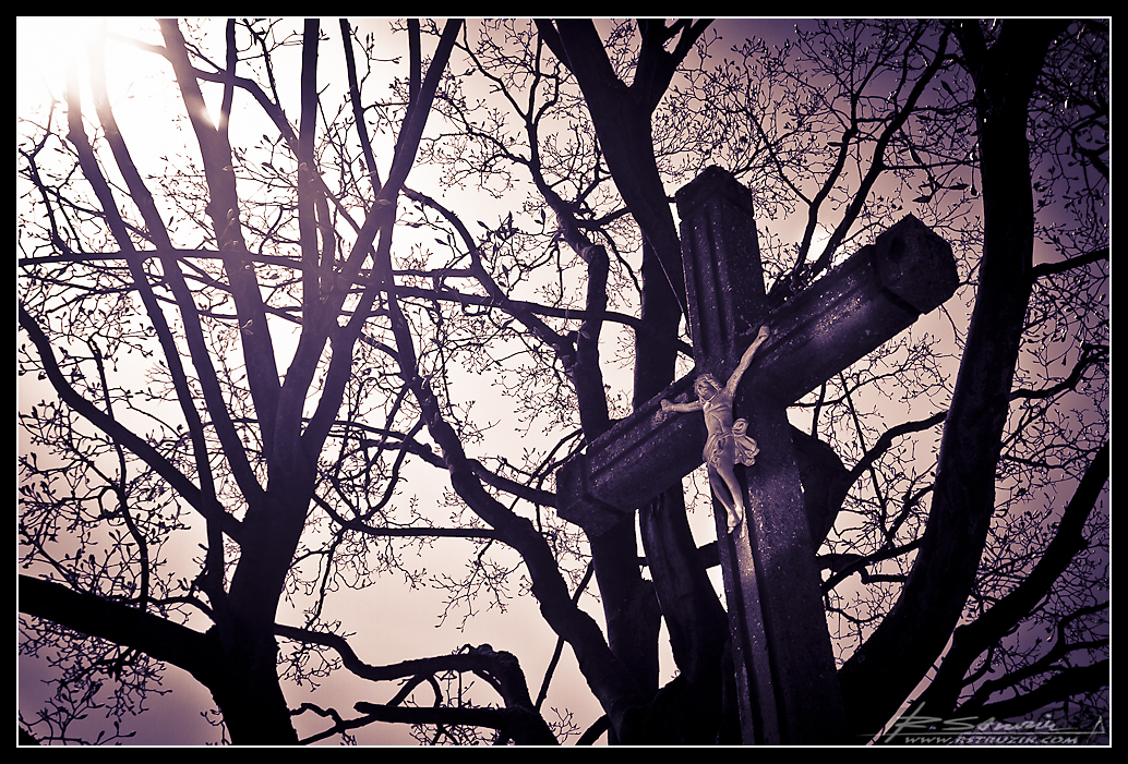 Kwiecień - Bobolice. Letnia pogoda u progu wiosny i przydrożny Chrystus w małej osadzie na Jurze.