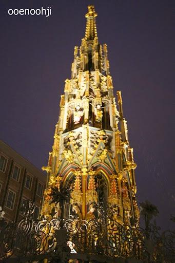 クリスマスマーケットのピラミッド