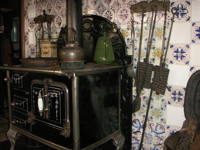 In het Streekmuseum hangen gietijzeren knijpijzers bij het fornuis