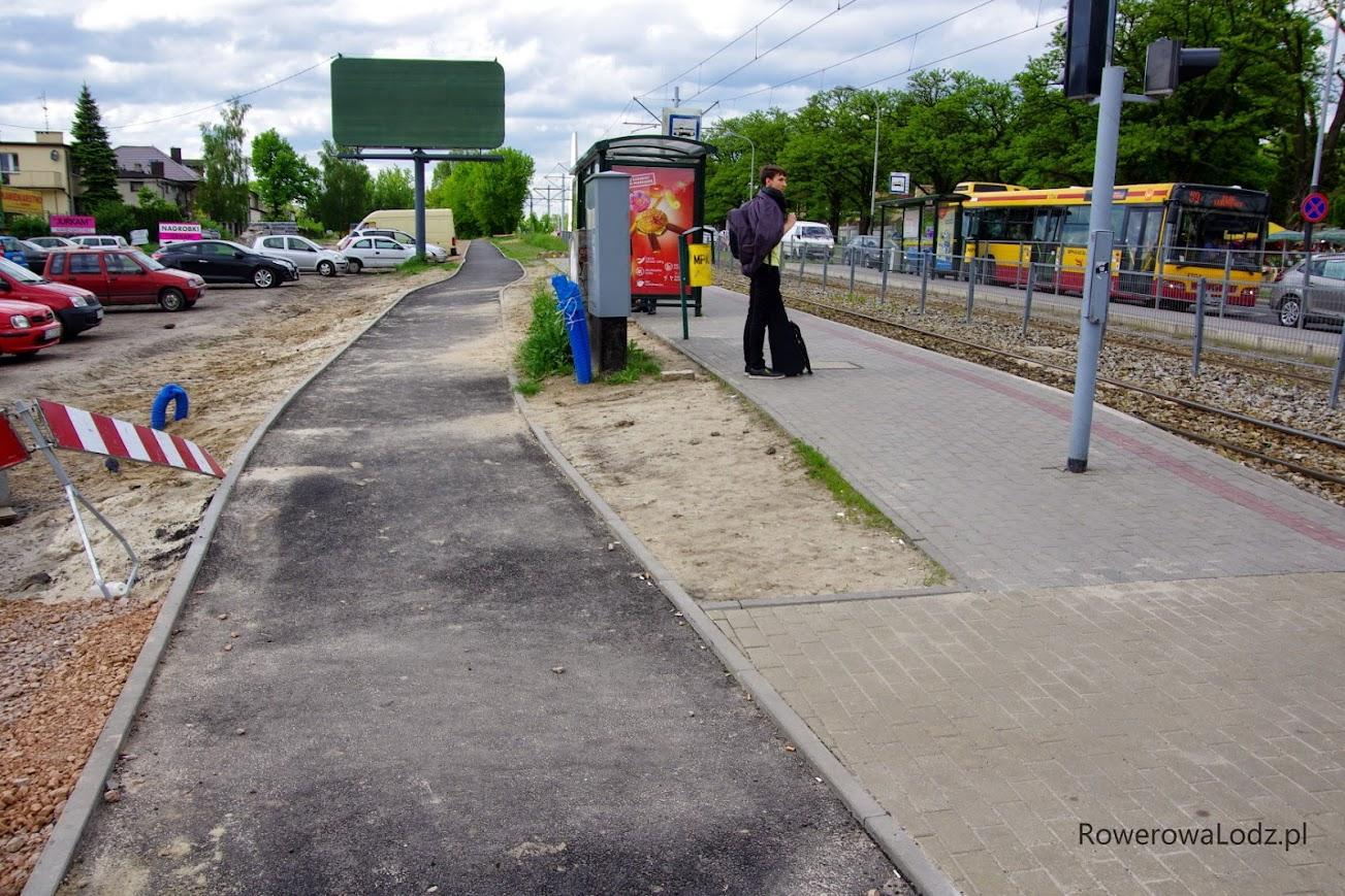 Droga dla rowerów omija peron przystankowy.