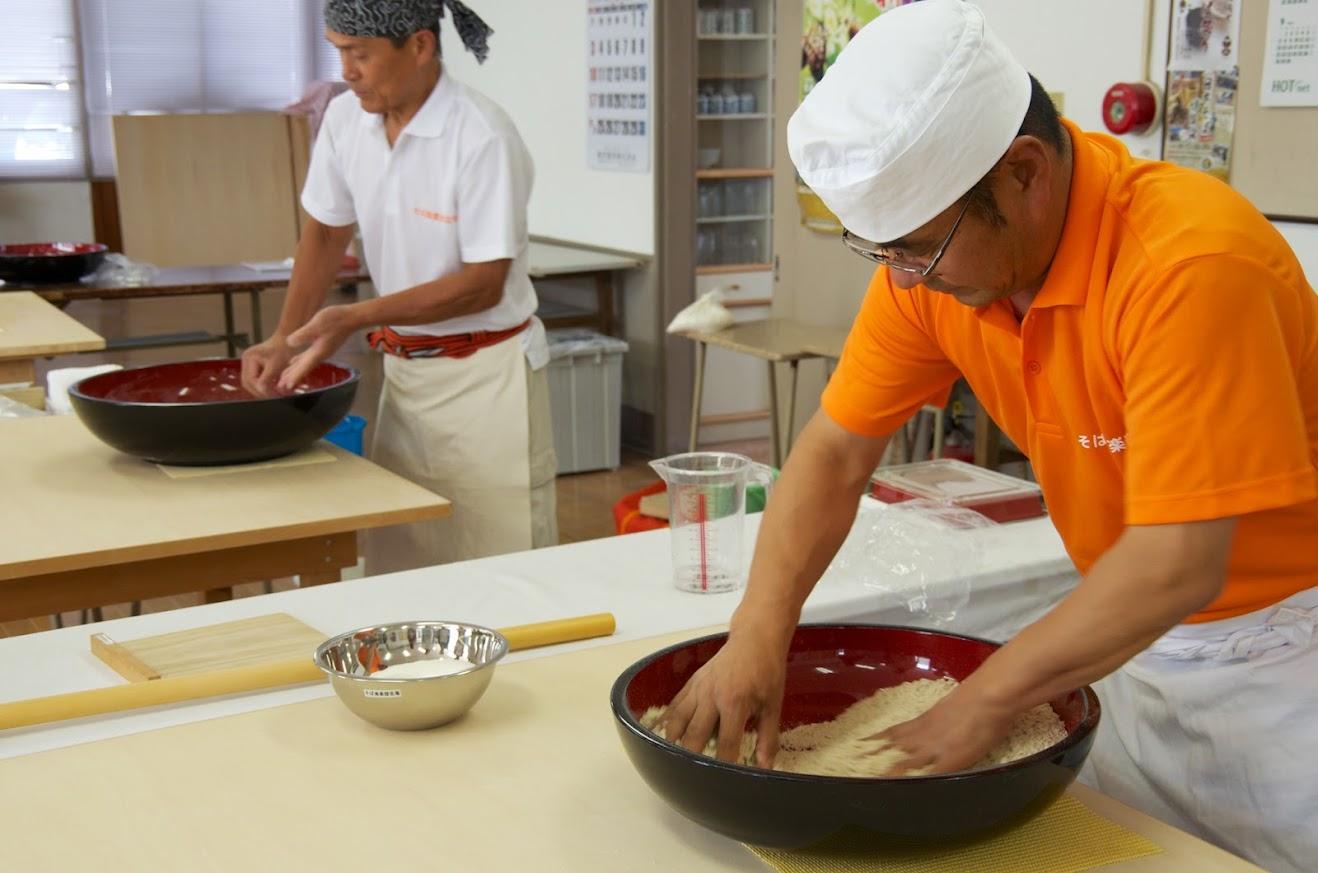右手・左手を交互に円を描くように混ぜ合わせて、平均的に全体に粉に水を浸透させていく