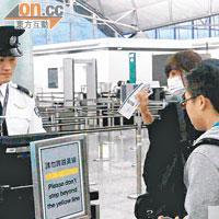 阿Sa在助手陪同下抱病入閘,飛往北京。