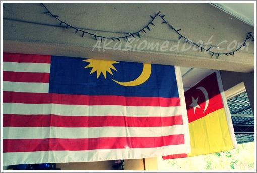 Pasang bendera sempena semangat kemerdekaan