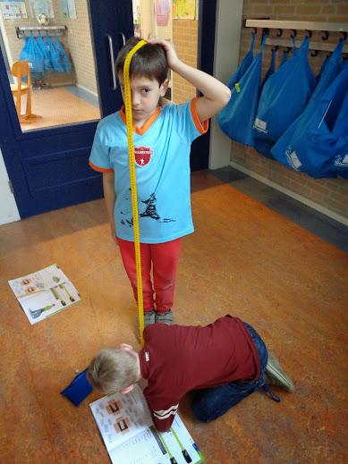 Kinderen nemen elkaar de maat