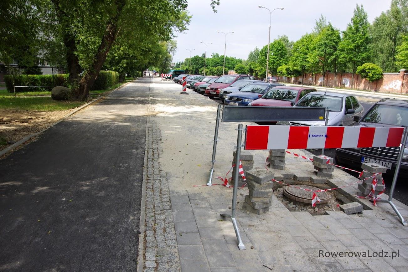 Wcześniej samochody parkowały na klepisku - przejeżdżały przez chodnik. Teraz każdy ma swoje miejsce.