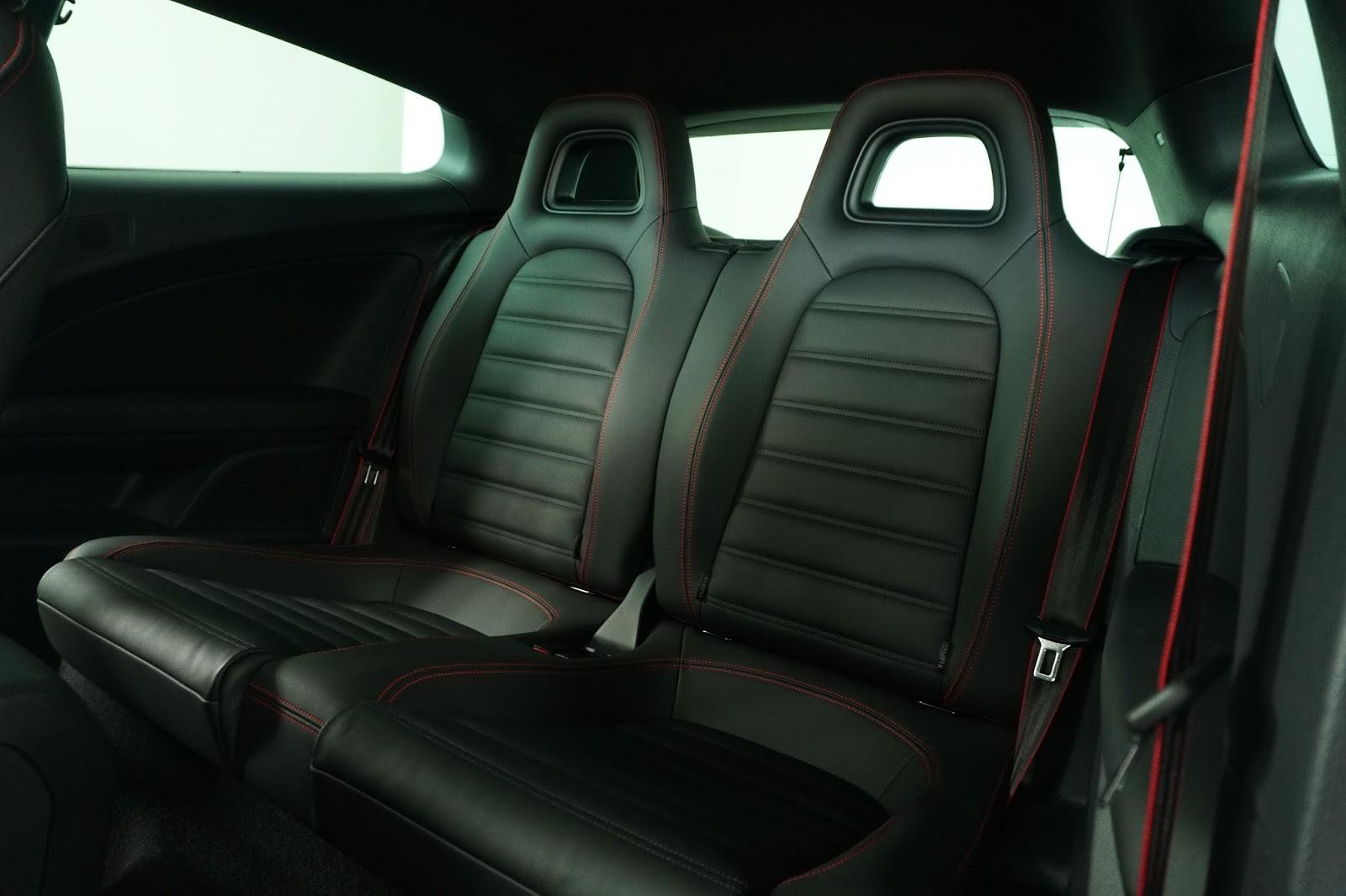 Hàng ghế hai trông bí ẩn, nhưng cũng hầm hố, cá tính không kém