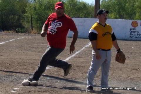 Carlos González de Ponchados corriendo las bases en el softbol del Club Sertoma