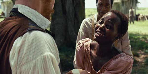 Escrava Patsey (Lupita Nyong'o) com uma pedra de sabão na mão.