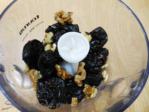 измельчить чернослив и орехи